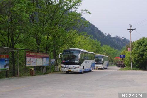 员工大巴驶入双峰山景区